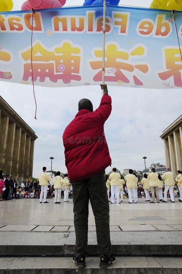 Protestataire avec l'indicateur dans la ville de Paris image libre de droits