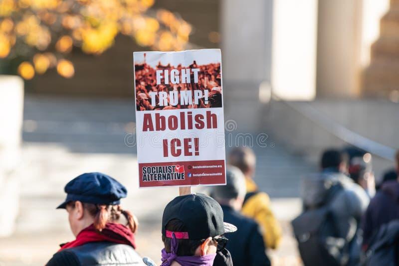 """Protestataire avec le """"atout de combat ! Supprimez la glace ! """"affiche photo libre de droits"""
