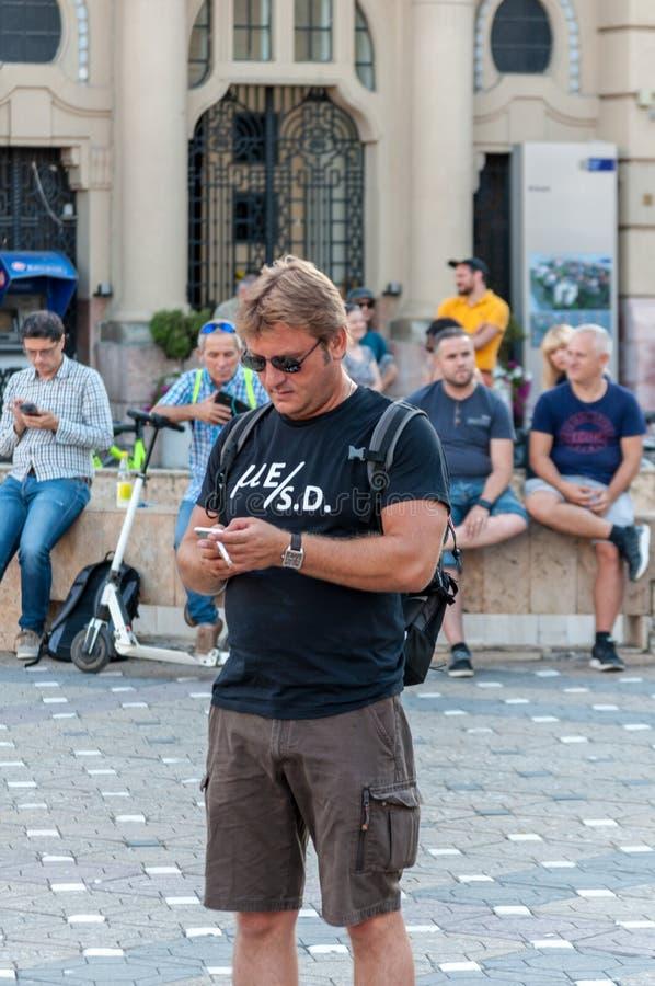 Protestataire avec le message fait sur commande sur son T-shirt image stock