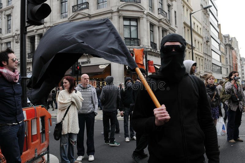 Protestataire d'anarchiste au rassemblement d'austérité à Londres images libres de droits
