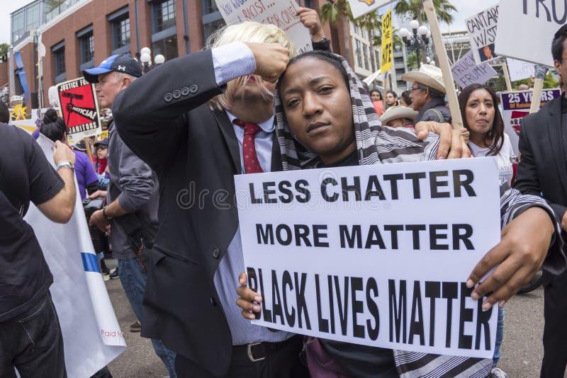 Protestataire d'Anti-atout avec le signe noir de matière des vies image libre de droits
