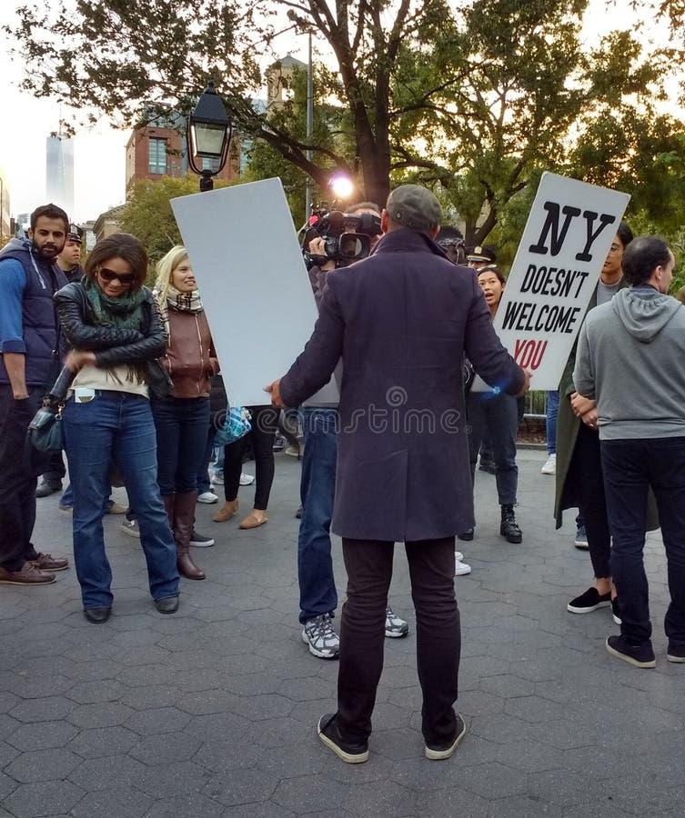 Protestataire d'atout avec le World Trade Center, Washington Square Park, NYC, NY, Etats-Unis photos libres de droits