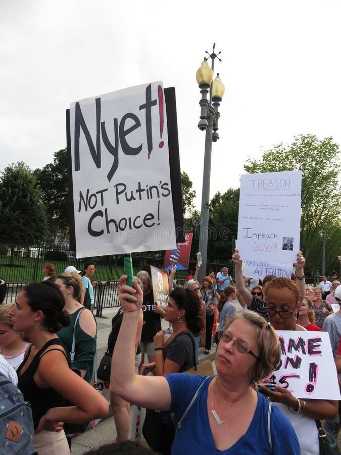 Protestataire de femme contre Vladimir Putin image stock