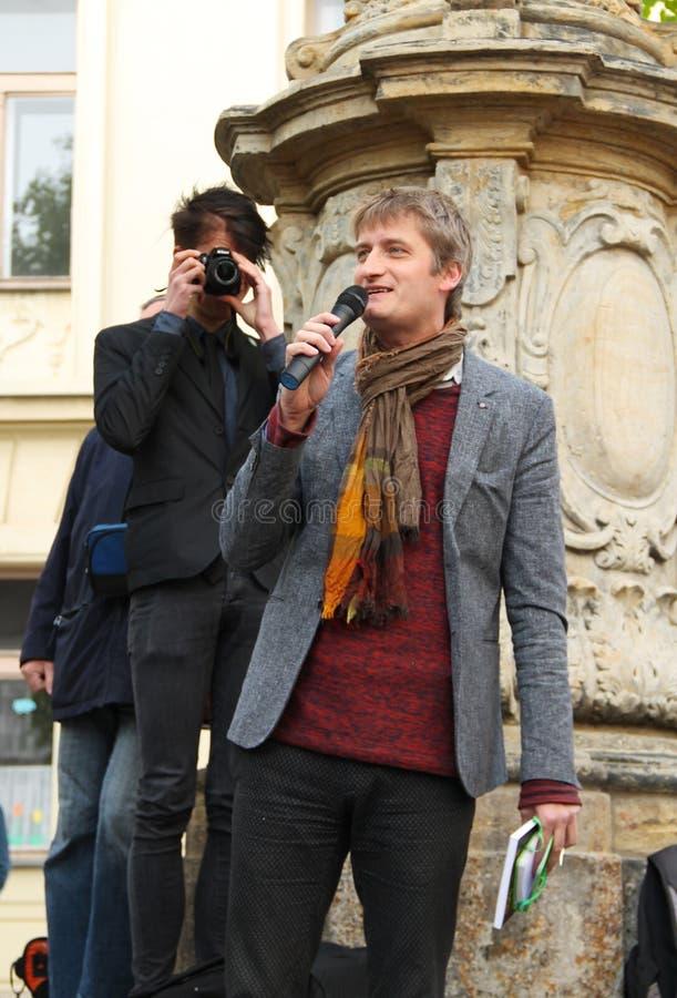 Protestataire parlant sur la démonstration photo stock