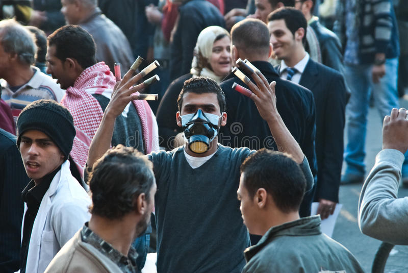 Protestataire pendant l'émeute de grand dos de tahrir image stock