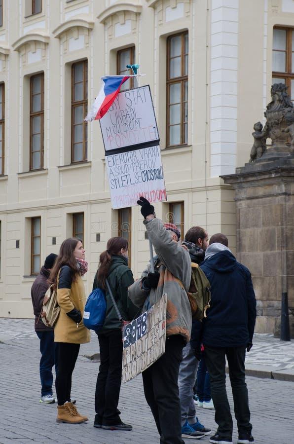 Protestataire solitaire au sujet de château de Prague perdant de propriété photographie stock