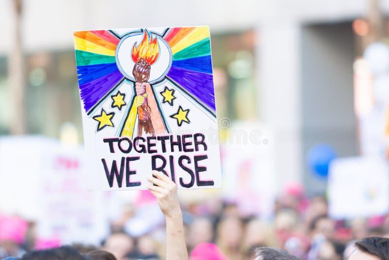 Protestataire tenant un signe pendant mars des 3èmes femmes à Los Angeles images libres de droits
