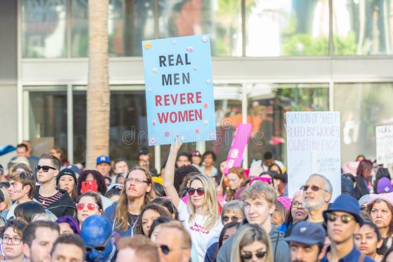 Protestataire tenant un signe pendant mars des 3èmes femmes à Los Angeles image stock