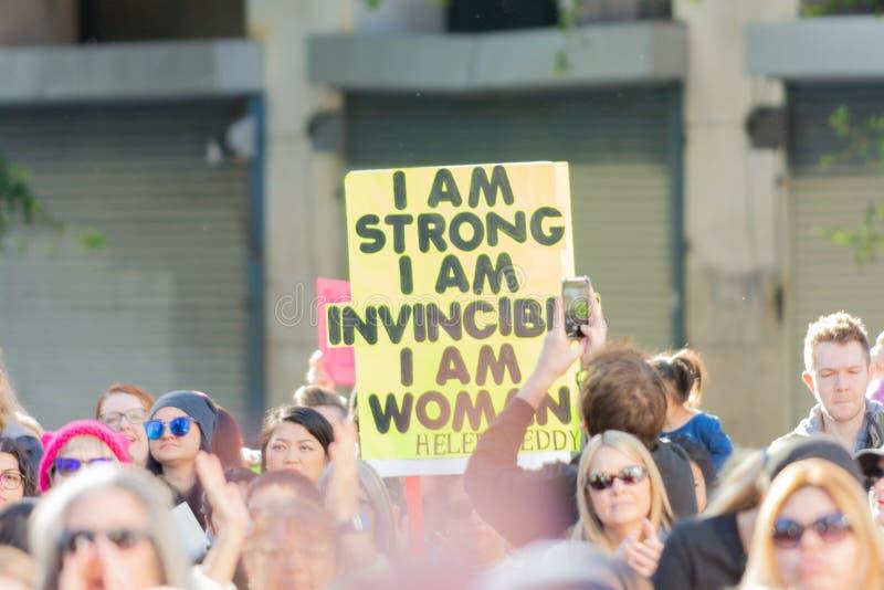Protestataire tenant un signe pendant mars des 3èmes femmes à Los Angeles photo stock
