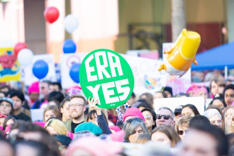 Protestataire tenant un signe pendant mars des 3èmes femmes à Los Angeles image libre de droits