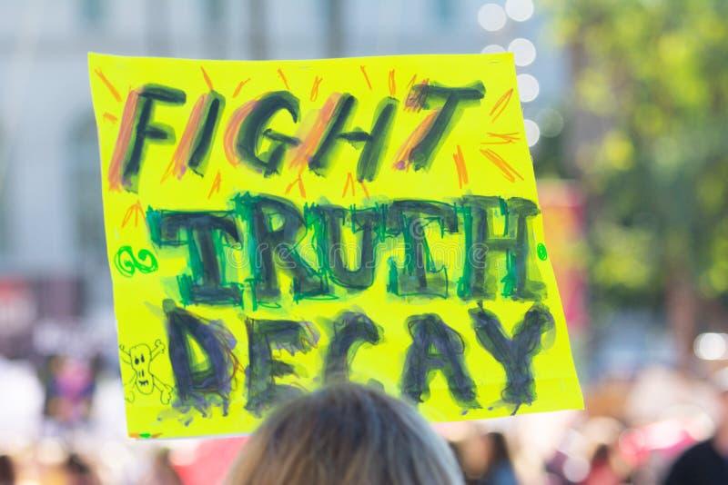 Protestataire tenant un signe pendant mars des 3èmes femmes à Los Angeles photo libre de droits