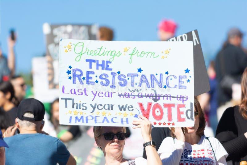 Protestataire tenant un signe pendant mars des 3èmes femmes à Los Angeles photos libres de droits