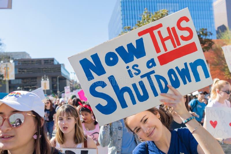 Protestataire tenant un signe pendant mars des 3èmes femmes à Los Angeles photographie stock libre de droits