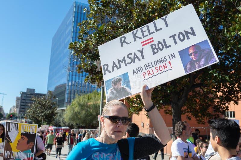 Protestataire tenant un signe pendant mars des 3èmes femmes à Los Angeles photos stock
