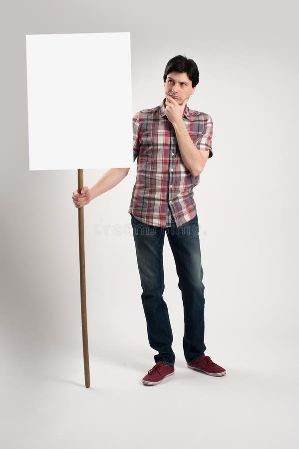Protestataire tenant une plaquette vide photo libre de droits