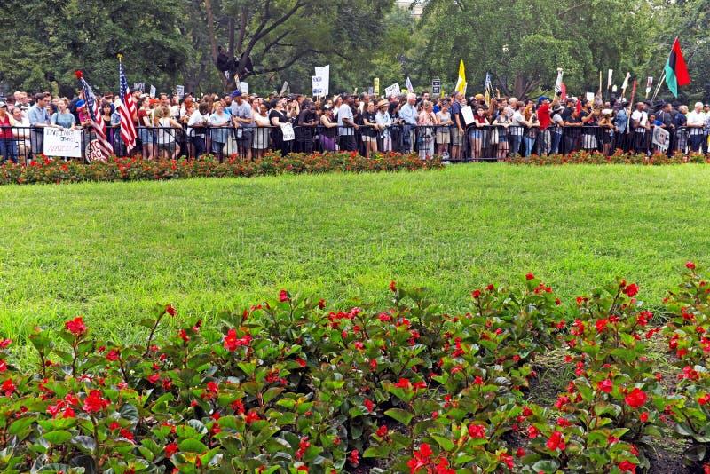 Protestataires contre le rassemblement alt-droit en parc de Lafayette, Washington DC photos stock