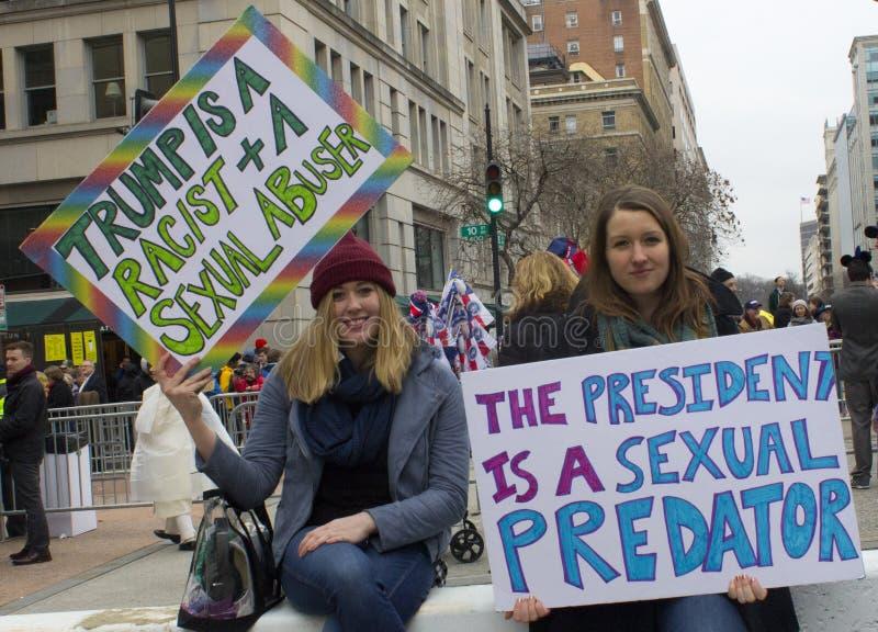 Protestataires en dehors de l'inauguration 2017 du ` s de Donald Trump image stock