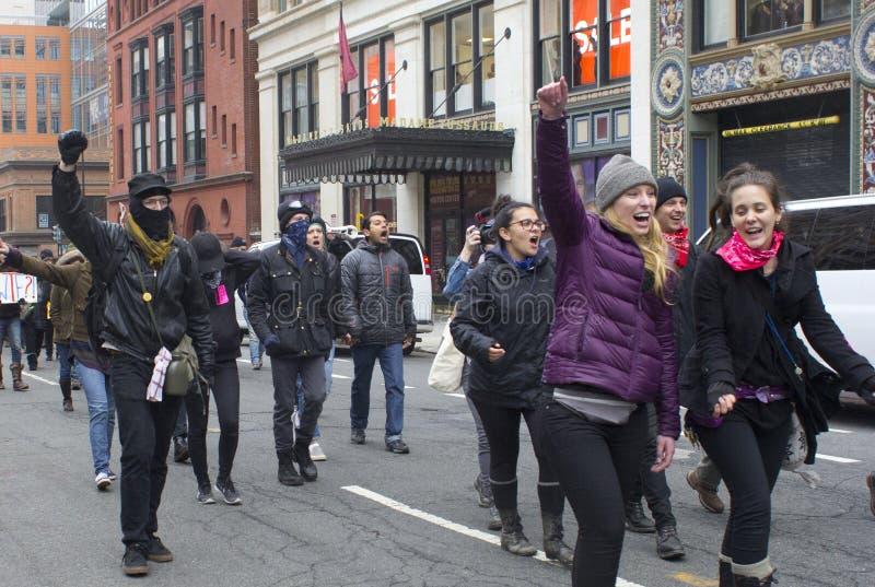 Protestataires en dehors de l'inauguration 2017 du ` s de Donald Trump image libre de droits