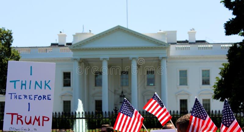 Protestataires en dehors de la Maison Blanche Donald Trump image libre de droits