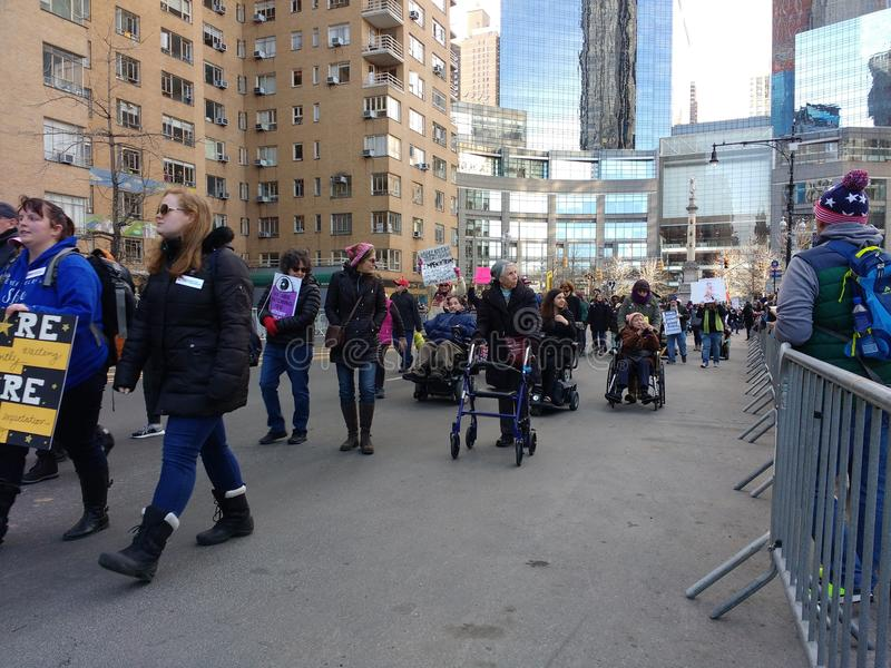 Protestataires pluss âgé, démonstrateurs handicapés du ` s mars de femmes, NYC, NY, Etats-Unis photographie stock libre de droits