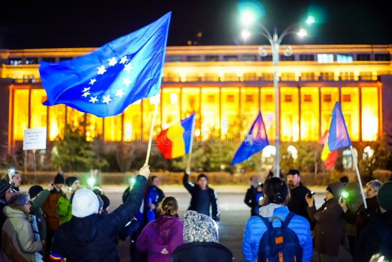 Protestataires tenant des drapeaux, Bucarest, Roumanie image libre de droits