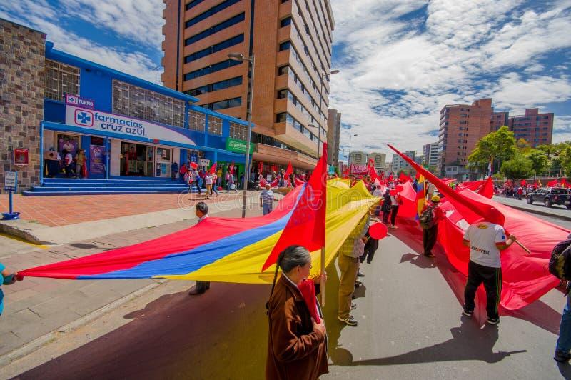 Protestataires tenant le drapeau géant marchant avec images stock