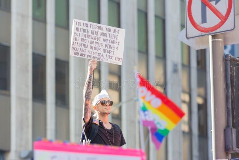 Protestataires tenant un drapeau pendant mars des 3èmes femmes à Los Angeles photos libres de droits