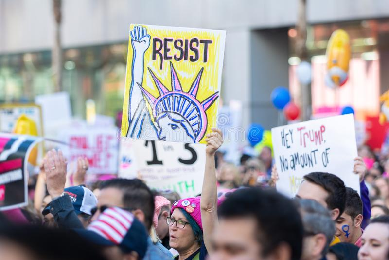 Protestataires tenant un signe pendant mars des 3èmes femmes à Los Angeles photos stock