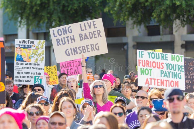 Protestataires tenant un signe pendant mars des 3èmes femmes à Los Angeles images libres de droits