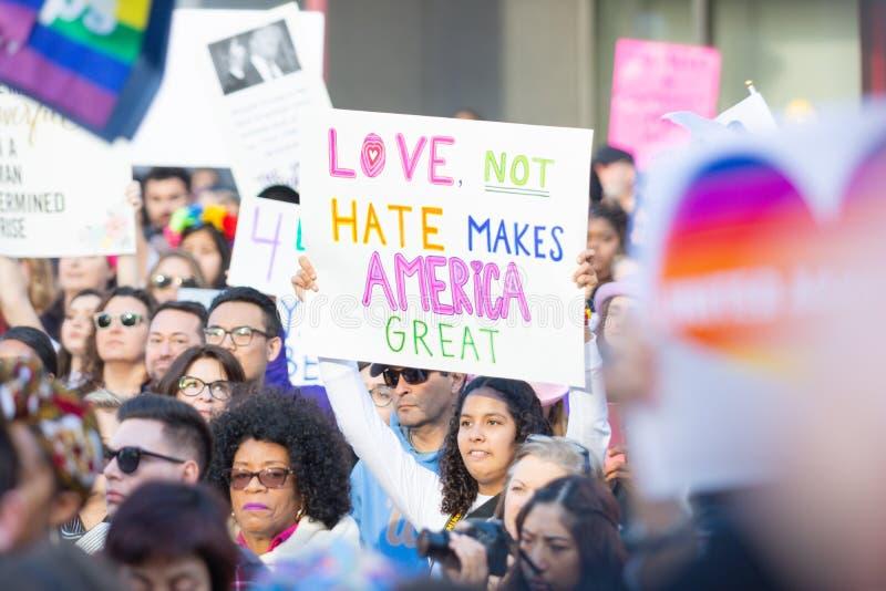 Protestataires tenant un signe pendant mars des 3èmes femmes à Los Angeles photo stock