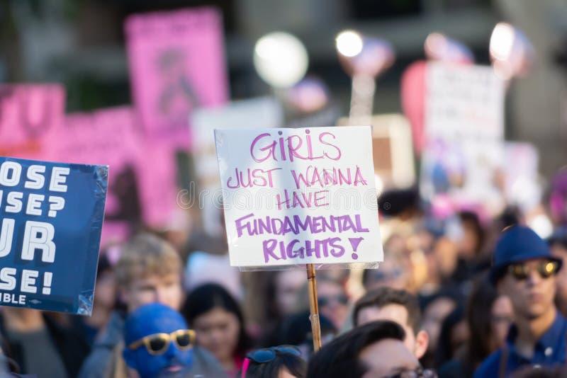 Protestataires tenant un signe pendant mars des 3èmes femmes à Los Angeles image stock