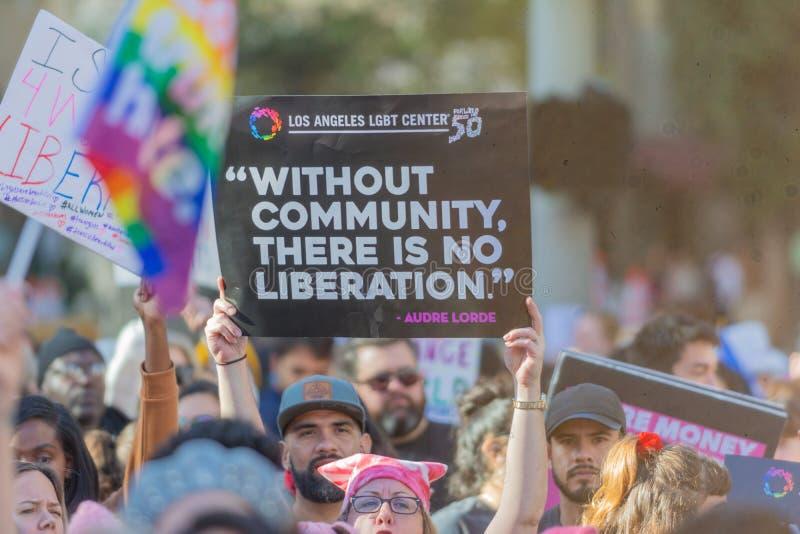 Protestataires tenant un signe pendant mars des 3èmes femmes à Los Angeles images stock