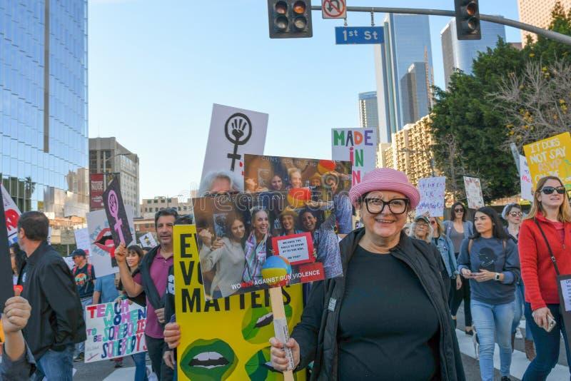Protestataires tenant un signe pendant mars des 3èmes femmes à Los Angeles image libre de droits