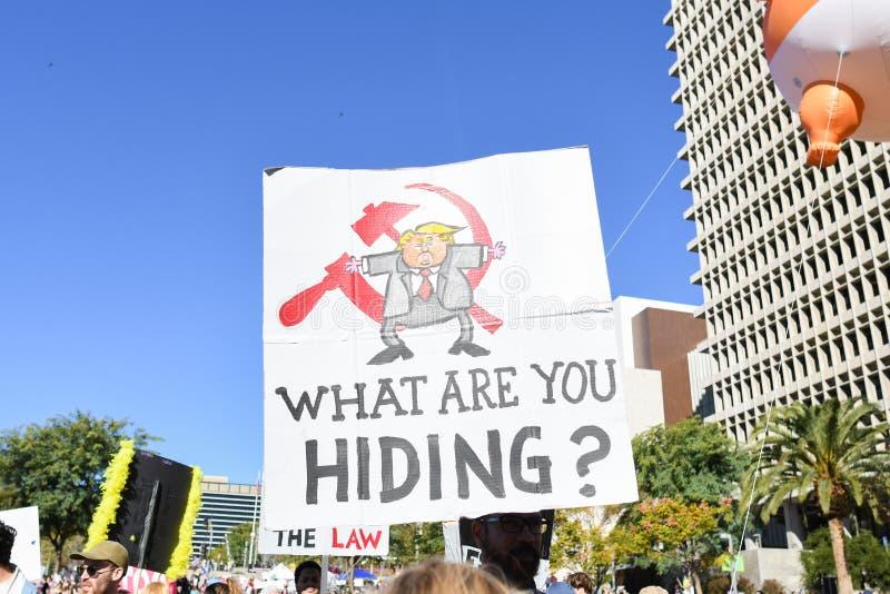 Protestataires tenant un signe pendant mars des 3èmes femmes à Los Angeles photographie stock