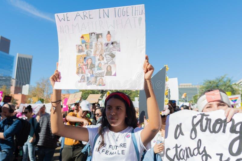 Protestataires tenant un signe pendant mars des 3èmes femmes à Los Angeles photographie stock libre de droits