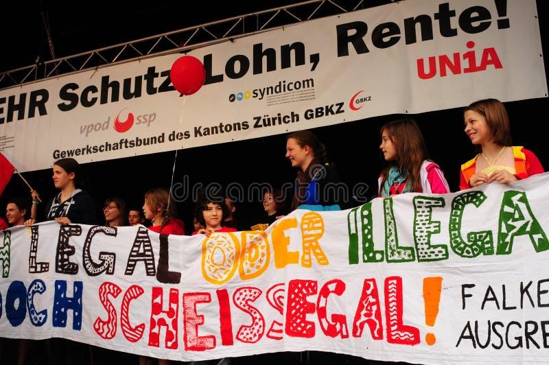Protestatari femminili al giorno di lavoro del cittadino che richiede per l'umanità di MOR per i migranti fotografia stock
