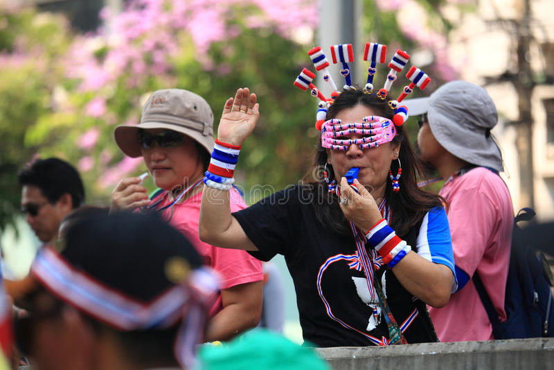 Protestatari tailandesi che soffiano fischio ad anti Yingluck immagini stock