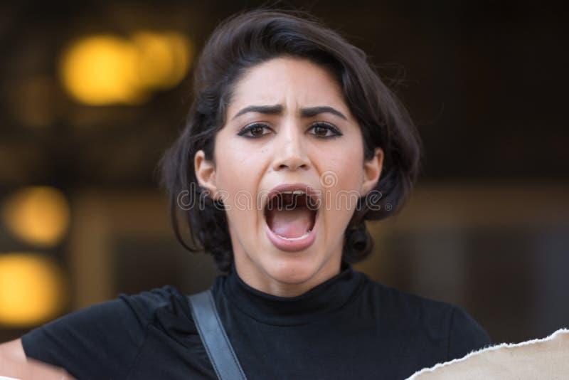 Protestateur noir de matière des vies criant pendant la marche sur la ville hôtel photographie stock
