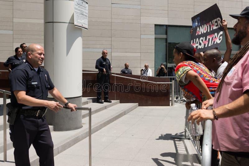Protestateurs et police noirs de matière des vies pendant la marche sur la ville ha image stock