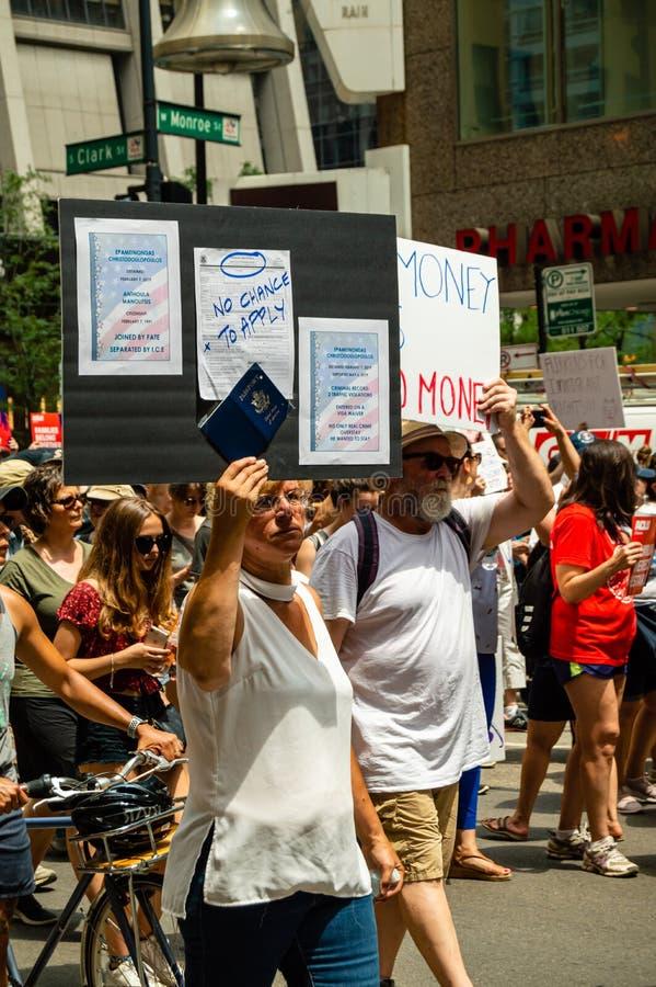 Protestation contre des centres de détention de patrouille de GLACE et de frontière Une femme porte un signe avec le nom de son m photographie stock libre de droits