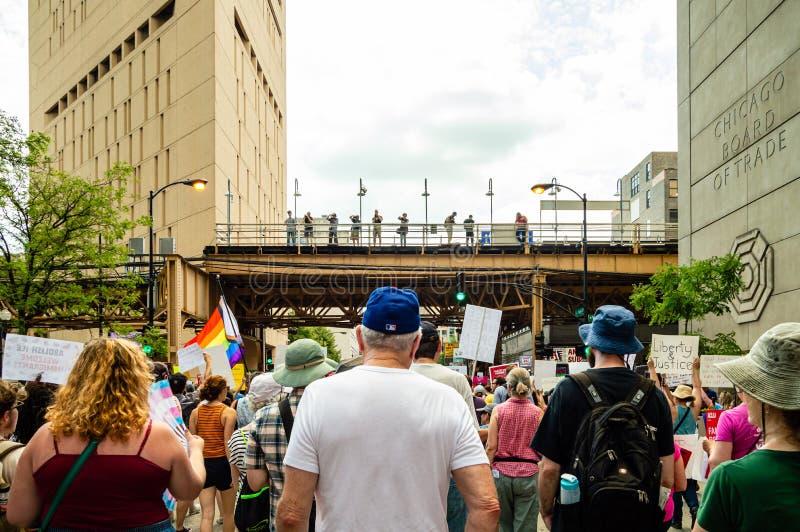 Protestation contre la GLACE et les coutumes et la patrouille de frontière Défenseurs marchant près d'un centre de détention fédé image libre de droits