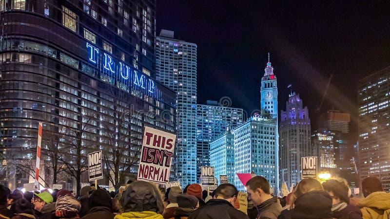 Protestation d'Anti-atout de LGBTQ à la tour d'atout Chicago image libre de droits