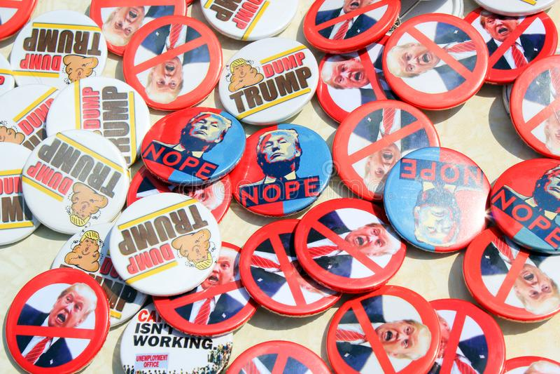 Protestation d'atout, Londres, le 13 juillet 2018 : Insigne de goupille de Donald Trump images stock