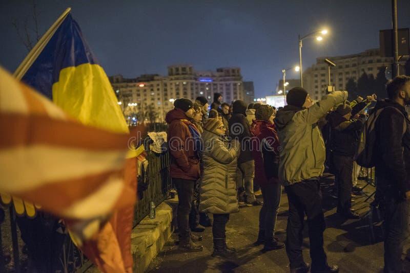 Protestation de personnes devant le Parlement roumain image stock