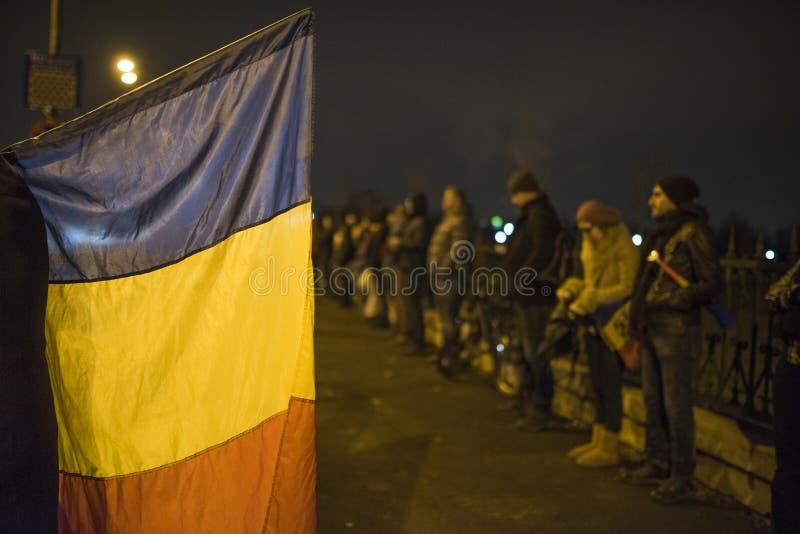 Protestation de personnes devant le Parlement roumain images stock