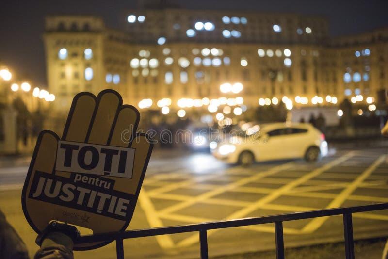 Protestation de personnes devant le Parlement roumain photographie stock libre de droits