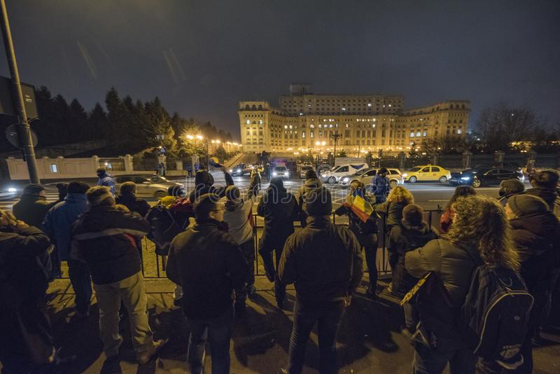 Protestation de personnes devant le Parlement roumain photo stock