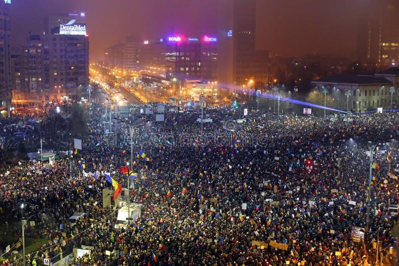Protestation de Roumains contre le décret de corruption photographie stock libre de droits