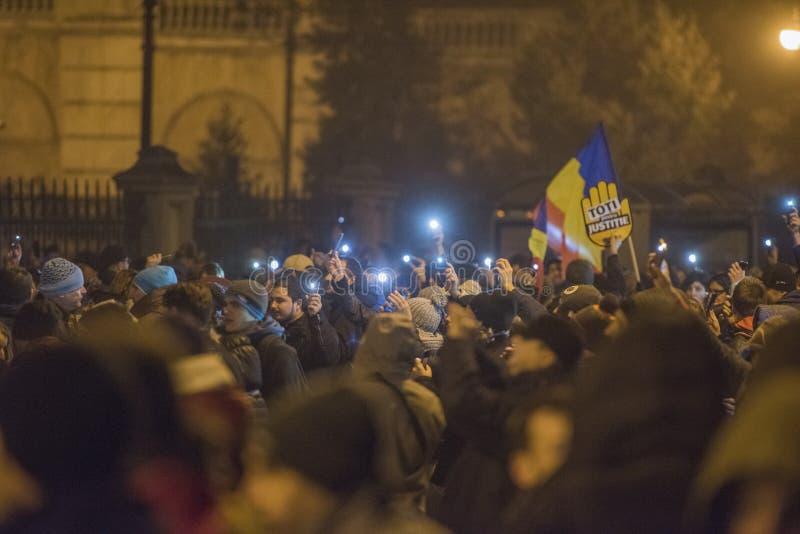 Protestation de Roumains contre le gouvernement image stock