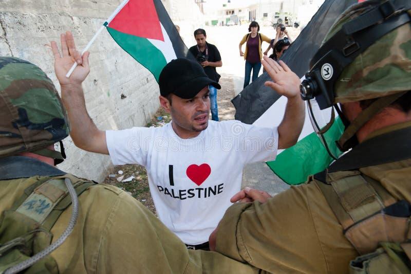 Protestation palestinienne et soldats israéliens photo libre de droits